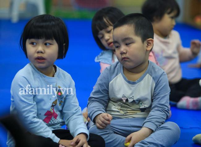 Học sinh Hà Nội đến trường ngày đầu tiên sau Tết: Háo hức nhưng vẫn buồn ngủ, có em khóc sướt mướt vì chưa quen với việc dậy sớm trở lại - Ảnh 25.