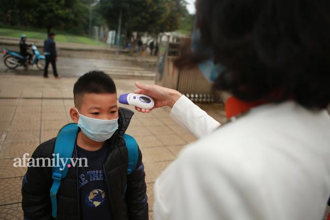Học sinh Hà Nội đến trường ngày đầu tiên sau Tết: Háo hức nhưng vẫn buồn ngủ, có em khóc sướt mướt vì chưa quen với việc dậy sớm trở lại - Ảnh 28.