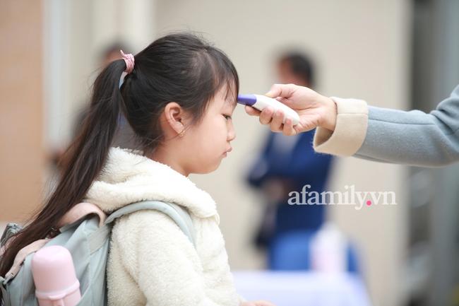Học sinh Hà Nội đến trường ngày đầu tiên sau Tết: Háo hức nhưng vẫn buồn ngủ, có em khóc sướt mướt vì chưa quen với việc dậy sớm trở lại - Ảnh 29.