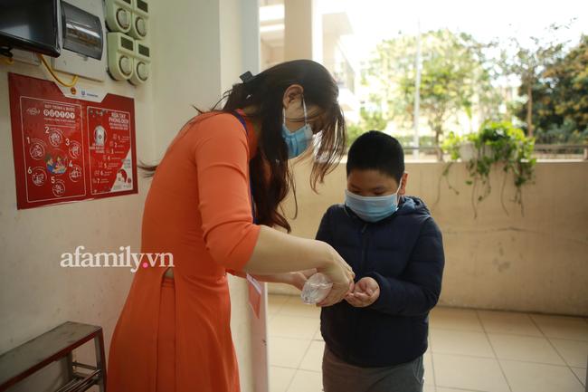 Học sinh Hà Nội đến trường ngày đầu tiên sau Tết: Háo hức nhưng vẫn buồn ngủ, có em khóc sướt mướt vì chưa quen với việc dậy sớm trở lại - Ảnh 30.