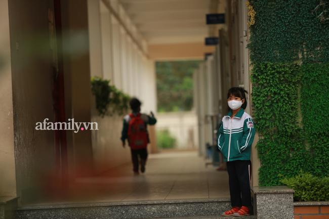 Học sinh Hà Nội đến trường ngày đầu tiên sau Tết: Háo hức nhưng vẫn buồn ngủ, có em khóc sướt mướt vì chưa quen với việc dậy sớm trở lại - Ảnh 31.