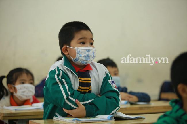 Học sinh Hà Nội đến trường ngày đầu tiên sau Tết: Háo hức nhưng vẫn buồn ngủ, có em khóc sướt mướt vì chưa quen với việc dậy sớm trở lại - Ảnh 33.