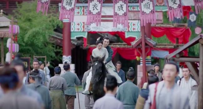 Cẩm tâm tựa ngọc: Đàm Tùng Vận vừa e thẹn vì Chung Hán Lương bồng bế, đã vội tái mặt vì sợ chồng làm có bầu - Ảnh 1.