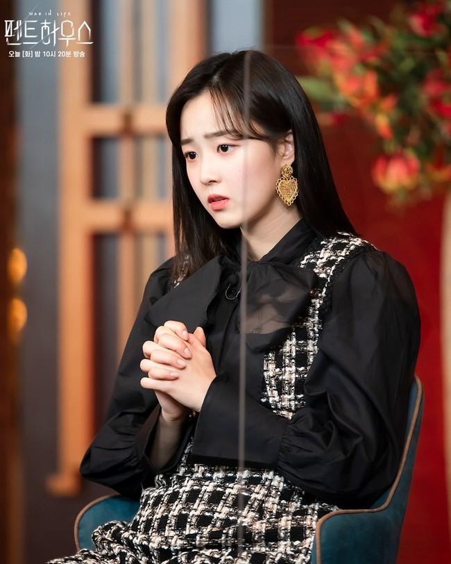 """""""Tiểu thư mắt trợn"""" Ha Eun Byeol có cả một bộ sưu tập váy điệu không rich kids nào làm lại được trong Penthouse - Ảnh 1."""
