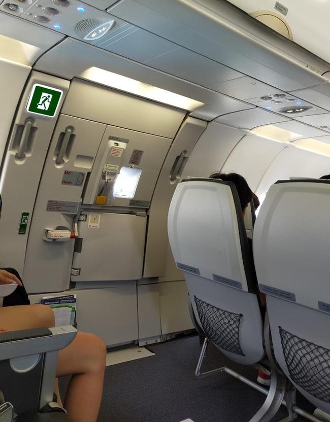 """Cách phân biệt cửa thoát hiểm và cửa nhà vệ sinh trên máy bay không phải ai cũng biết để tránh bị phạt """"oan"""" - Ảnh 4."""