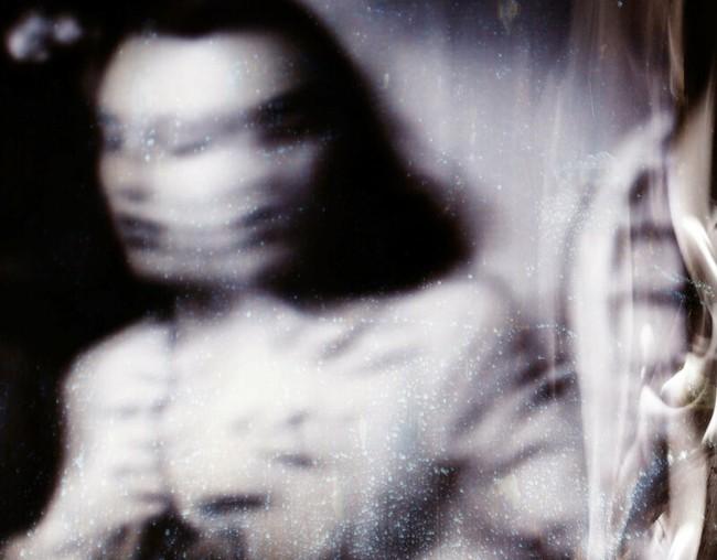 """Loạt trải nghiệm """"song trùng"""" khiến MXH rùng mình: Bị """"bản sao"""" trong gương dõi theo mỗi tối, """"mẹ"""" nhìn con trai chằm chằm mà không nói gì - Ảnh 1."""