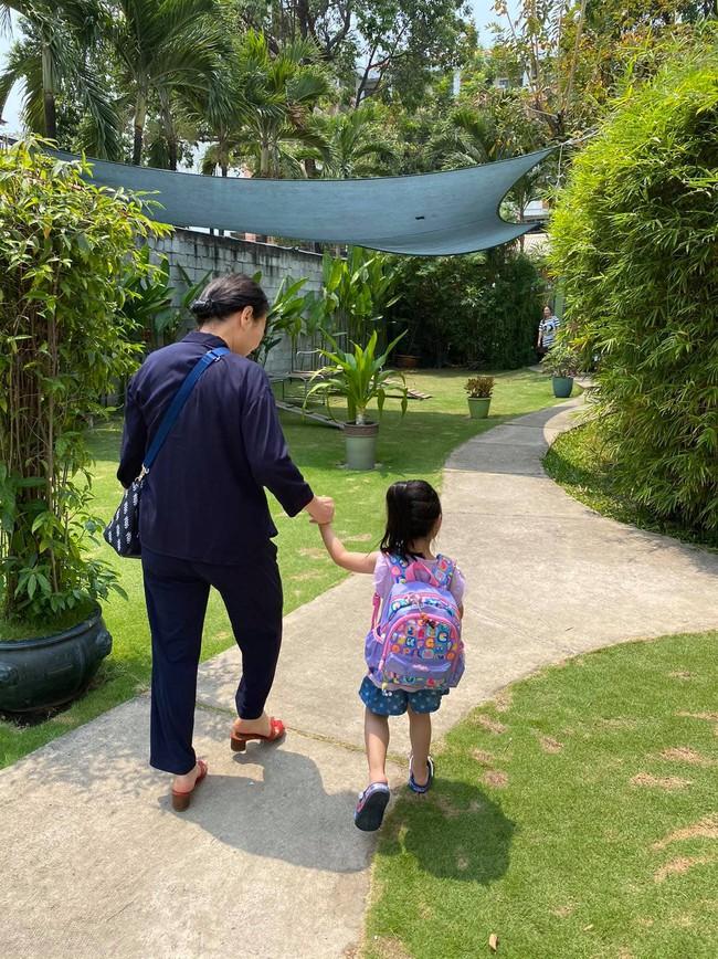 Là tiểu thư nhà giàu đình đám, con gái Hoa hậu Đặng Thu Thảo đeo chiếc ba lô có giá thế nào mà nhiều mẹ tìm mua ngay? - Ảnh 1.