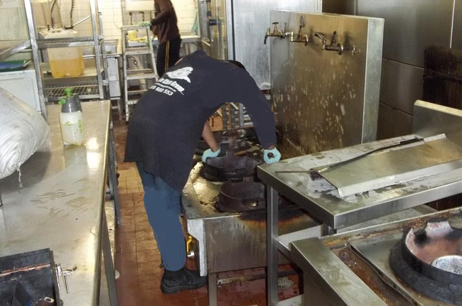 Những thước hình gây ám ảnh của công việc vệ sinh ống xả tại nhà hàng ăn uống, nhưng mức lương khủng đủ để mua nhà sau 2 năm - Ảnh 4.