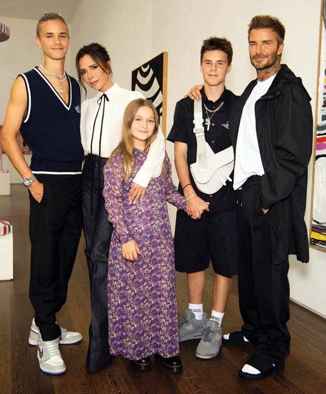 """""""Công chúa út"""" Harper nhà David Beckham """"chiếm sóng"""" khi đi cạnh bố mẹ nhờ ngoại hình xinh xắn và chiều cao vượt trội - Ảnh 6."""