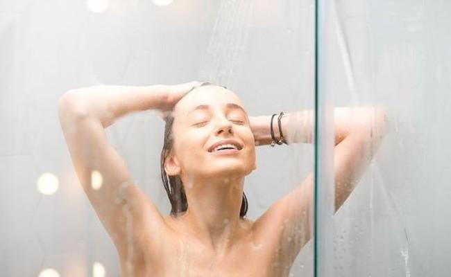 Phụ nữ khi tắm nên rửa hai bộ phận này nhiều hơn, có tác dụng thúc đẩy quá trình tuần hoàn máu, tránh đau bụng kinh - Ảnh 1.