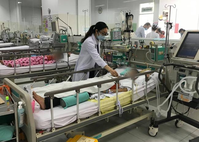 Gia đình chủ quan không đưa đi khám ngay, bé trai 11 tuổi dập phổi, nhiễm trùng huyết vì té ngã khi đá bóng - Ảnh 2.