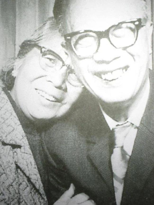 Hôn nhân hạnh phúc suốt nửa thế kỷ, vợ mất 1 năm, người đàn ông 72 tuổi miệt mài viết 90 bức thư tình cho mĩ nhân kém 28 tuổi, kết cục cuối cùng mới đáng nói! - Ảnh 4.
