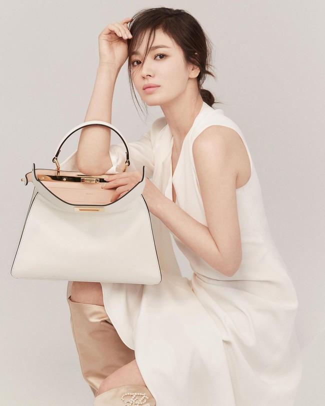 """Song Hye Kyo khoe ảnh trẻ trung ở tuổi 40 nhưng vô tình lộ chuyện """"hẹn hò"""" với người đàn ông quen mặt - Ảnh 1."""
