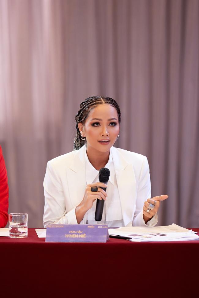 Hoa hậu H'Hen Niê ngày thường rất đẹp mà nay để tóc lộ hết khuyết điểm, còn lép vế hơn cả Khánh Vân?  - Ảnh 4.