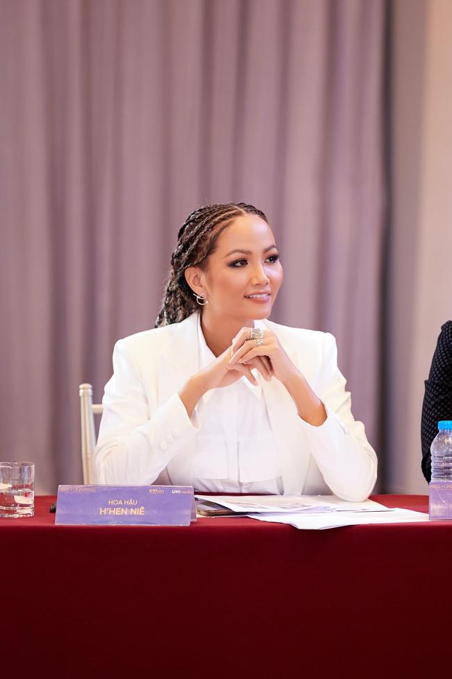Hoa hậu H'Hen Niê ngày thường rất đẹp mà nay để tóc lộ hết khuyết điểm, còn lép vế hơn cả Khánh Vân?  - Ảnh 5.