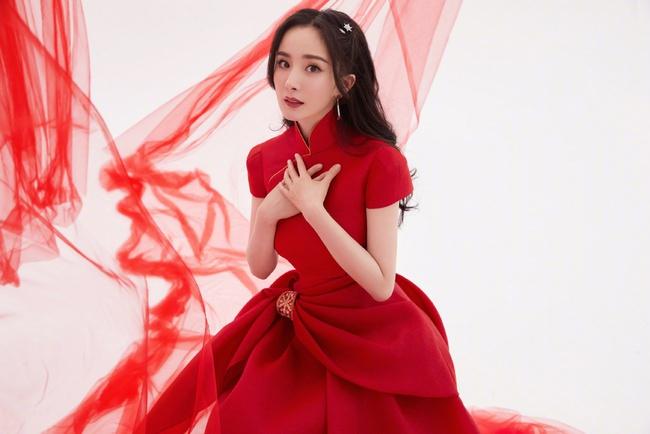 Triệu Lệ Dĩnh từng bị yêu cầu đuổi khỏi showbiz vì EQ thấp, một trong những ồn ào lớn của cô có liên quan đến Dương Mịch.