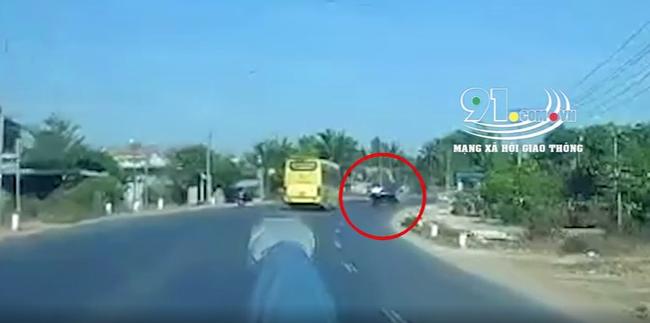 """Xe tải """"cà khịa"""" với xe khách và cú lật ngửa ra đường đầy kinh hãi khiến người chứng kiến la hét thất thanh - Ảnh 2."""