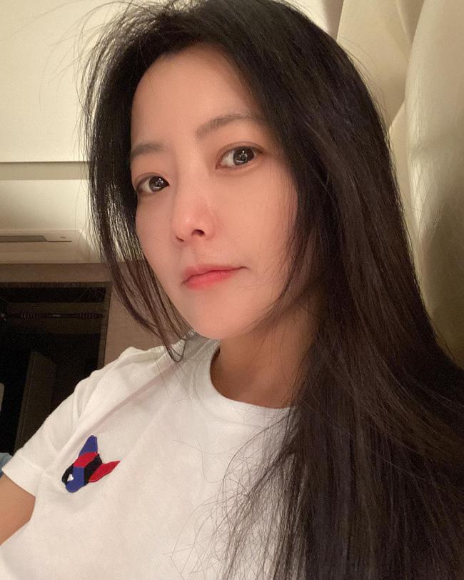 """Khoe mặt mộc hoàn hảo ở tuổi 43 nhưng """"đệ nhất mỹ nhân xứ Hàn"""" Kim Hee Sun lại bị phát hiện sử dụng app chỉnh ảnh - Ảnh 3."""