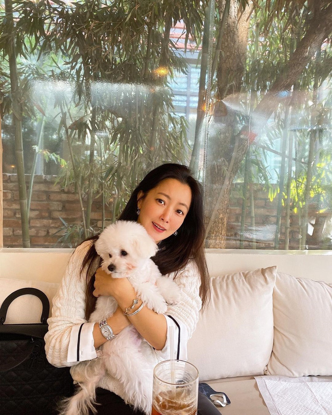 """Khoe mặt mộc hoàn hảo ở tuổi 43 nhưng """"đệ nhất mỹ nhân xứ Hàn"""" Kim Hee Sun lại bị phát hiện sử dụng app chỉnh ảnh - Ảnh 2."""