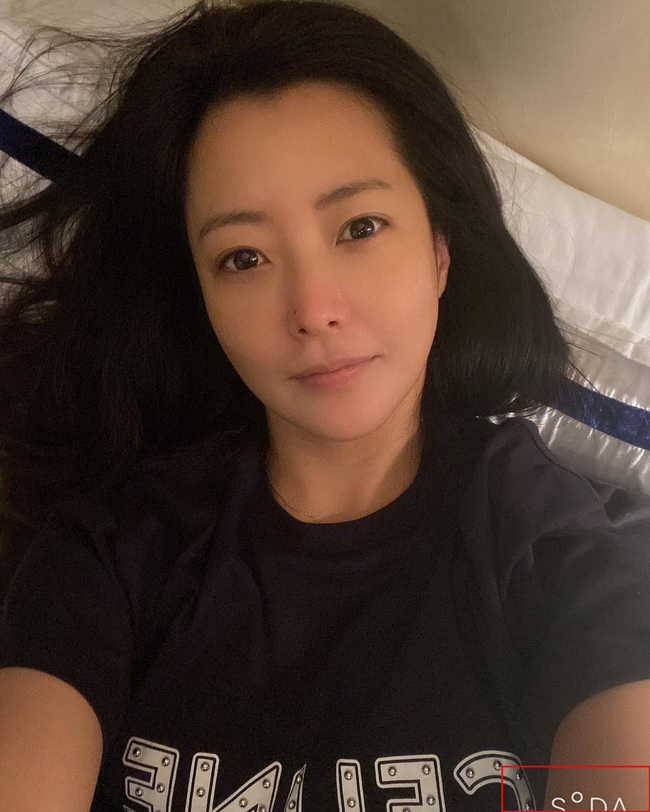 """Khoe mặt mộc hoàn hảo ở tuổi 43 nhưng """"đệ nhất mỹ nhân xứ Hàn"""" Kim Hee Sun lại bị phát hiện sử dụng app chỉnh ảnh - Ảnh 1."""