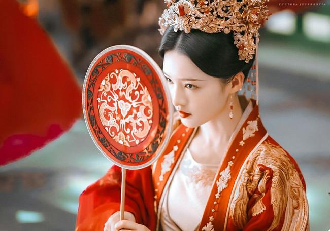Hoàng hậu có xuất thân bần hàn bị hãm hại qua đời khi đang mang thai, Hoàng đế trả thù cho nàng bằng một cuộc thảm sát chấn động - Ảnh 2.