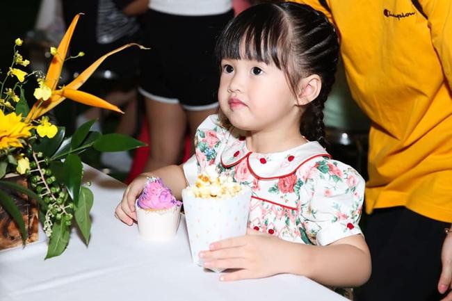 Sinh nhật 1 tuổi diện váy hiệu 11 triệu đồng, sinh nhật năm nay con gái Hoa hậu Đặng Thu Thảo diện chiếc váy có giá thế nào? - Ảnh 2.