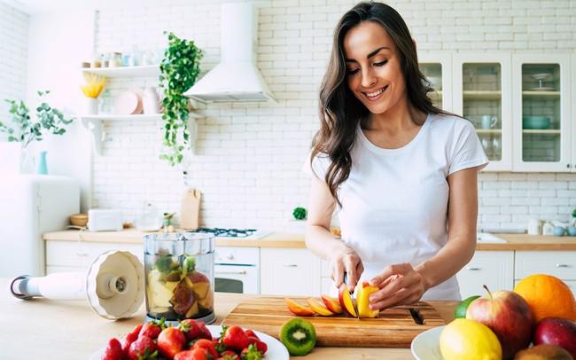 Chuyên gia chỉ ra các mẹo ăn uống giúp bạn kiểm soát triệu chứng của lạc nội mạc tử cung - Ảnh 3.