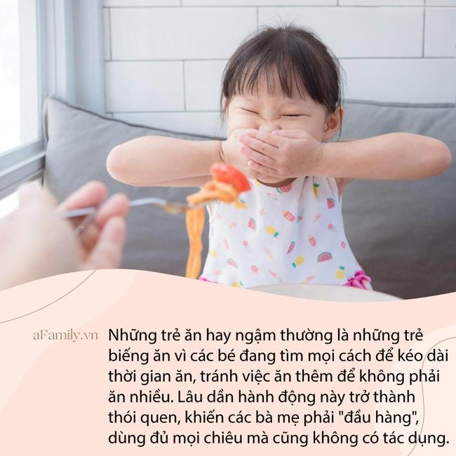 Clip em bé vừa ngậm thức ăn vừa khóc thét khiến bất kì mẹ nào có con biếng ăn cũng thấy đồng cảm, nhưng lại khiến chị em tranh cãi không ngừng - Ảnh 3.