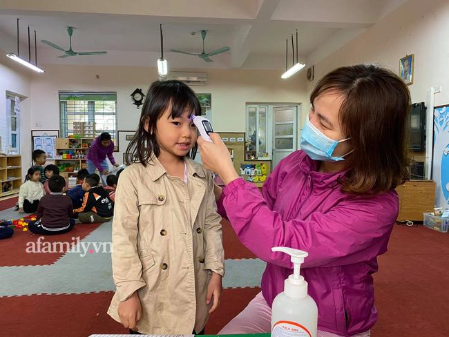 Học sinh Hà Nội đến trường ngày đầu tiên sau Tết: Háo hức nhưng vẫn buồn ngủ, có em khóc sướt mướt vì chưa quen với việc dậy sớm trở lại - Ảnh 23.