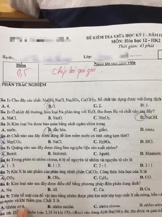 """Chưa kịp hí hửng vì bài kiểm tra được 9,5 điểm, nữ sinh đã ngượng chín mặt khi ngó sang lời phê, 4 chữ ngắn gọn thôi mà """"cà khịa"""" cực mạnh - Ảnh 1."""
