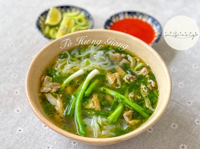 Mẹ đảm bày cách nấu phở gà Hà Nội thơm ngon chuẩn vị truyền thống, nước dùng trong, thơm béo, ăn là nghiền! - Ảnh 1.