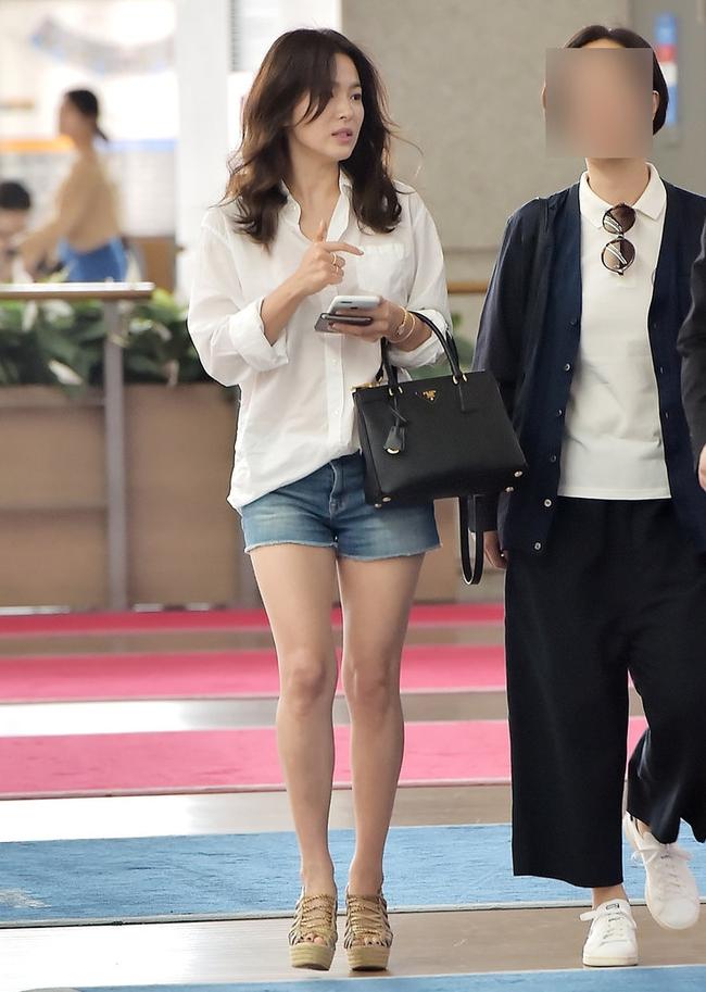 """Song Hye Kyo cứ diện quần shorts là hay bị """"fail"""", chị em xem mà rút ra được kha khá bài học - Ảnh 4."""