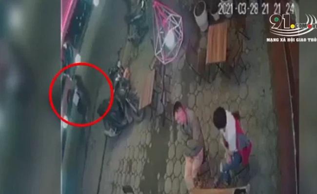 """Chiếc xe phân khối lớn hất tung 2 người phụ nữ sang đường, camera """"bóc"""" toàn bộ vụ việc khiến ai nấy bủn rủn - Ảnh 2."""