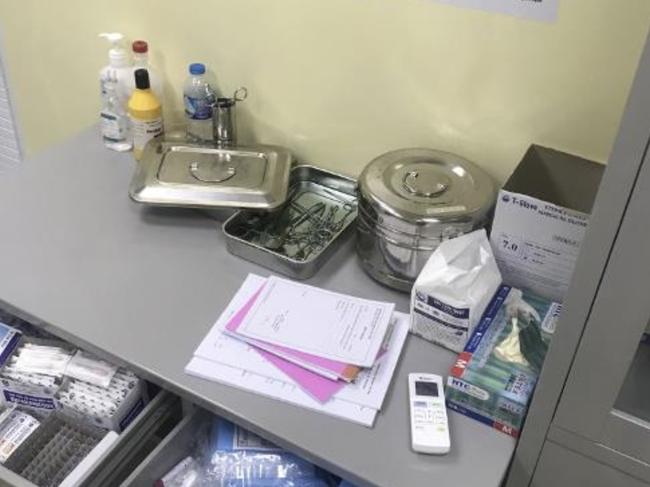 TP.HCM: 2 bác sĩ Trung Quốc tháo chạy khỏi phòng khám khi phát hiện thanh tra, để lại bệnh nhân đang cắt bao quy đầu - Ảnh 2.