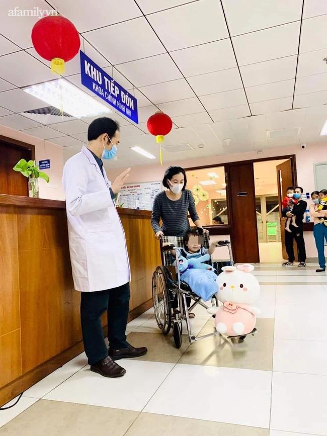 Bé gái rơi từ tầng 12 chung cư ở Hà Nội đã ổn định, được ra viện  - Ảnh 1.