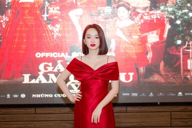 Kaity Nguyễn diện đầm đỏ trễ nải tại Gái Già Lắm Chiêu V, nhan sắc lên hương với khí chất sang chảnh - Ảnh 2.