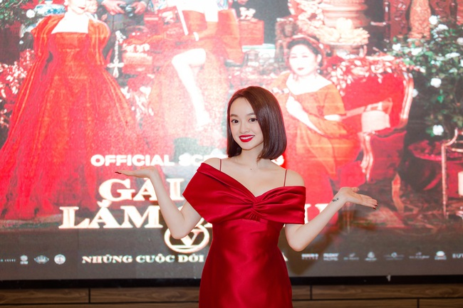 Kaity Nguyễn diện đầm đỏ trễ nải tại Gái Già Lắm Chiêu V, nhan sắc lên hương với khí chất sang chảnh - Ảnh 3.