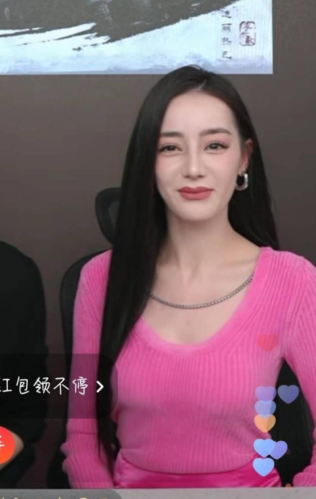 Địch Lệ Nhiệt Ba hiện rõ mặt cứng đơ, lộ dấu hiệu tuổi tác trên sóng livestream, fan bênh vực do lỗi make up - Ảnh 5.