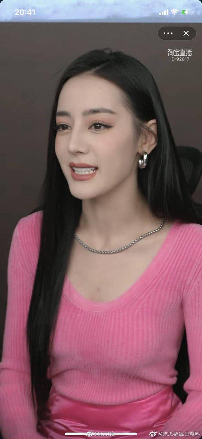 Địch Lệ Nhiệt Ba hiện rõ mặt cứng đơ, lộ dấu hiệu tuổi tác trên sóng livestream, fan bênh vực do lỗi make up - Ảnh 3.