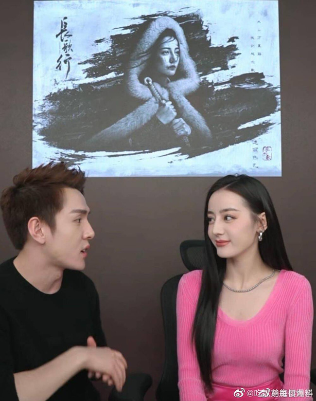 Địch Lệ Nhiệt Ba hiện rõ mặt cứng đơ, lộ dấu hiệu tuổi tác trên sóng livestream, fan bênh vực do lỗi make up - Ảnh 2.