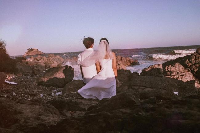 Cặp đôi đi Vũng Tàu chụp ảnh cưới nhưng xui xẻo bị bà bán hàng rong lừa, giả vờ đòi bói chỉ tay rồi ép mua 3 xiên tôm dính cát giá 50k - Ảnh 1.