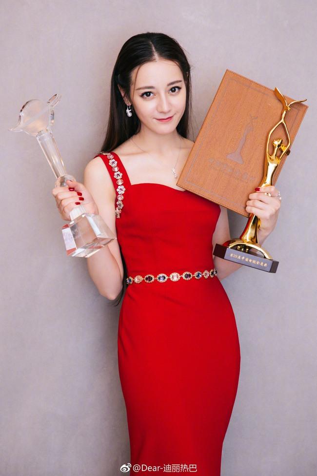Địch Lệ Nhiệt Ba tại giải Kim Ưng 2018.