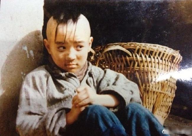Cậu bé Tam Mao đình đám ngày ấy: Học nhiều trường nổi tiếng nhưng đời vẫn không phất lên được, còn mắc bệnh lạ khiến ai cũng thương - Ảnh 1.
