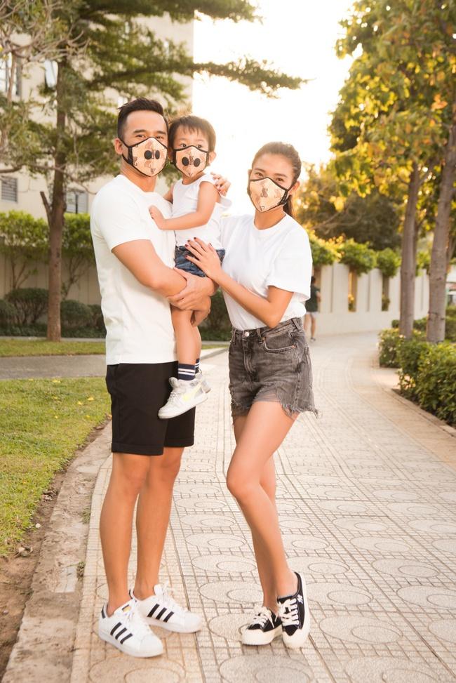 Thúy Diễm - Lương Thế Thành đeo khẩu trang đưa con trai cưng đi chơi phố  - Ảnh 1.