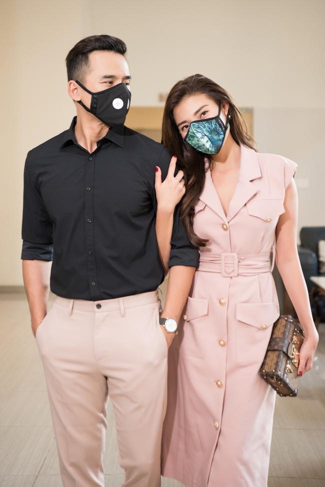 Thúy Diễm - Lương Thế Thành đeo khẩu trang đưa con trai cưng đi chơi phố  - Ảnh 4.