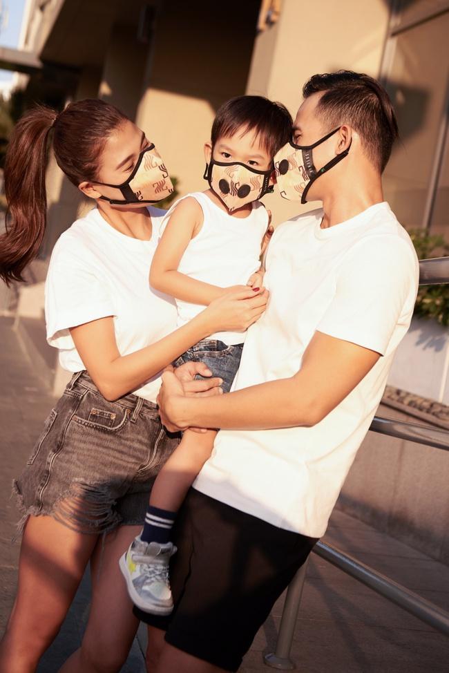 Thúy Diễm - Lương Thế Thành đeo khẩu trang đưa con trai cưng đi chơi phố  - Ảnh 2.