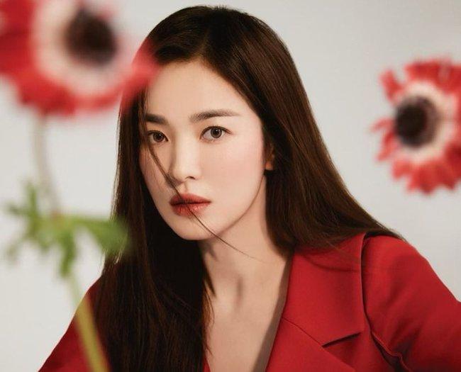 """Song Hye Kyo bị người trong cuộc """"vạch mặt"""" quá khứ xấu xí, tiết lộ có mối quan hệ thân mật với người đàn ông này suốt 20 năm  - Ảnh 2."""