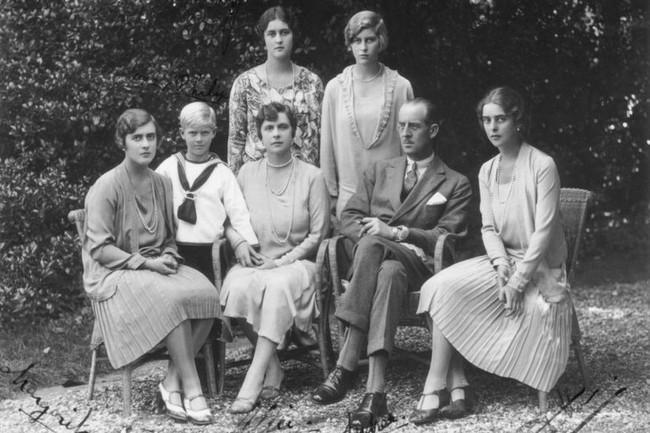 Tuổi thơ cơ cực của Hoàng tế Philip: Mẹ phải nằm viện tâm thần, chị gái bị tai nạn máy bay tử vong, từ hoàng tử lưu vong trở thành phu quân Nữ hoàng Anh - Ảnh 2.