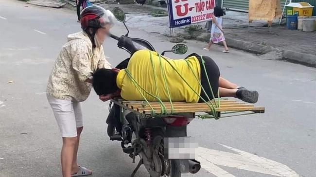 """Người đàn ông cao lớn phải """"chịu trận"""" để một phụ nữ dùng dây buộc phía sau xe máy rồi chở đi, nguyên nhân chỉ có thể là điều này - Ảnh 2."""