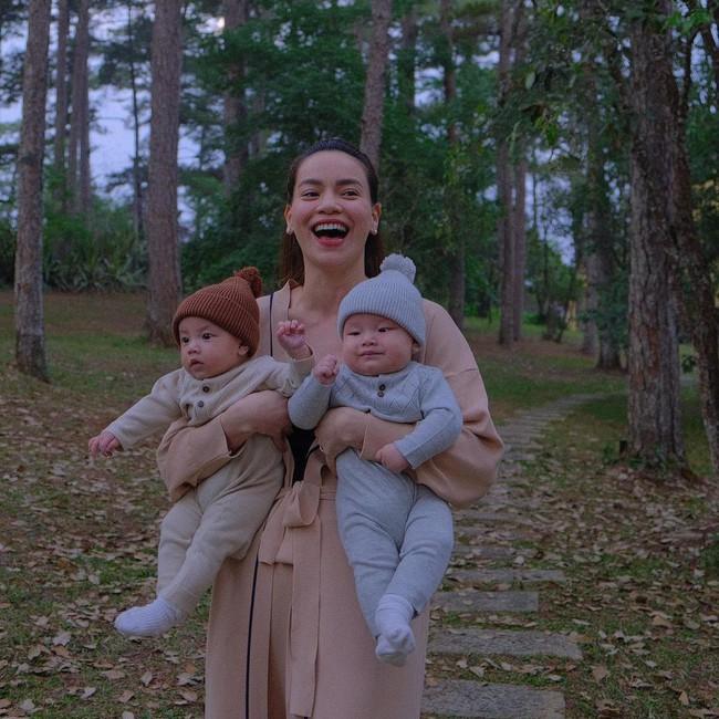Cặp sinh đôi Lisa và Leon siêu đáng yêu khi diện đồ đôi, được Hồ Ngọc Hà bế đi dạo - Ảnh 3.